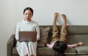 mama arbeiten von zu hause ohne schreibtisch